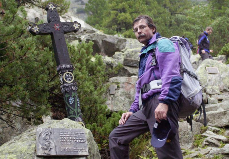 Archív - Slovenský výškový horolezec, odborný publicista, prekladate¾, geológ, ochranársky a hospodársky pracovník ZOLTÁN DEMJÁN sa narodil 20. apríla 1955 v Bratislave. Bol èlenom èeskoslovenského reprezentaèného družstva horolezcov,  ktorý zdolal roku 1984 Mont Everest ako piaty èlovek bez kyslíka. V Himalájach vystúpil ešte na dve osemtisícovky. V r. 1984 na Lhoce Šar (8383 m, ved¾ajší samostatný vrchol Lhoce) a v r. 1986 prvovýstup Dhaulágirí (8167 m) s dvomi Kazachmi, ocenený ako svetový výstup roka UIAA. Roky bol topmanažérom cementárne, nedávno sa plne preorientoval na organizovanie trekov do Nepálu. Pôsobil ako zástupca Slovenska v Medzinárodnej horolezeckej únii UIAA. Na archívnej snímke zo symbolického cintorína pod Ostrvou vo Vysokých Tatrách 16. septembra 2001.  FOTO ARCHÍV TASR Milan Kapusta *** Local Caption *** narodeniny slovenskí horolezci osobnosti ¾udia životné prostredie príroda