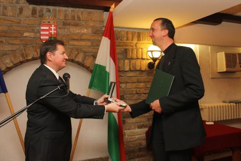 A kitüntetést Babity János főkonzul adta át az atyának (Fotó: Diósi Árpád)