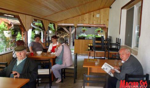 Kulturált körülmények között tölthetik az időt a nyugdíjasotthonban (Horváth Zsolt felvétele)