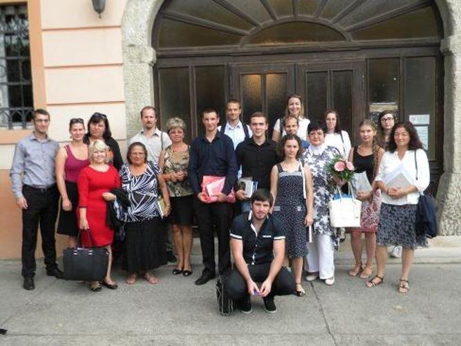A tanácskozás résztvevői a topolyai múzeum előtt