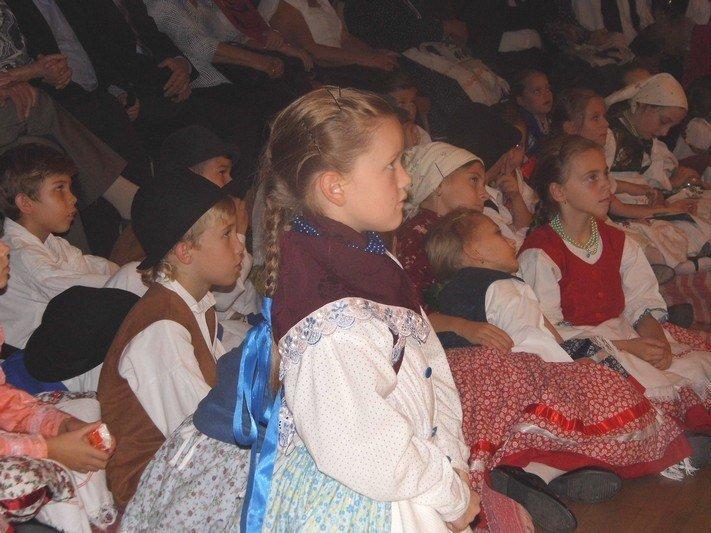 09-A-gyerekek-népviseletben-figyelték-az-aktuális-fellépőket